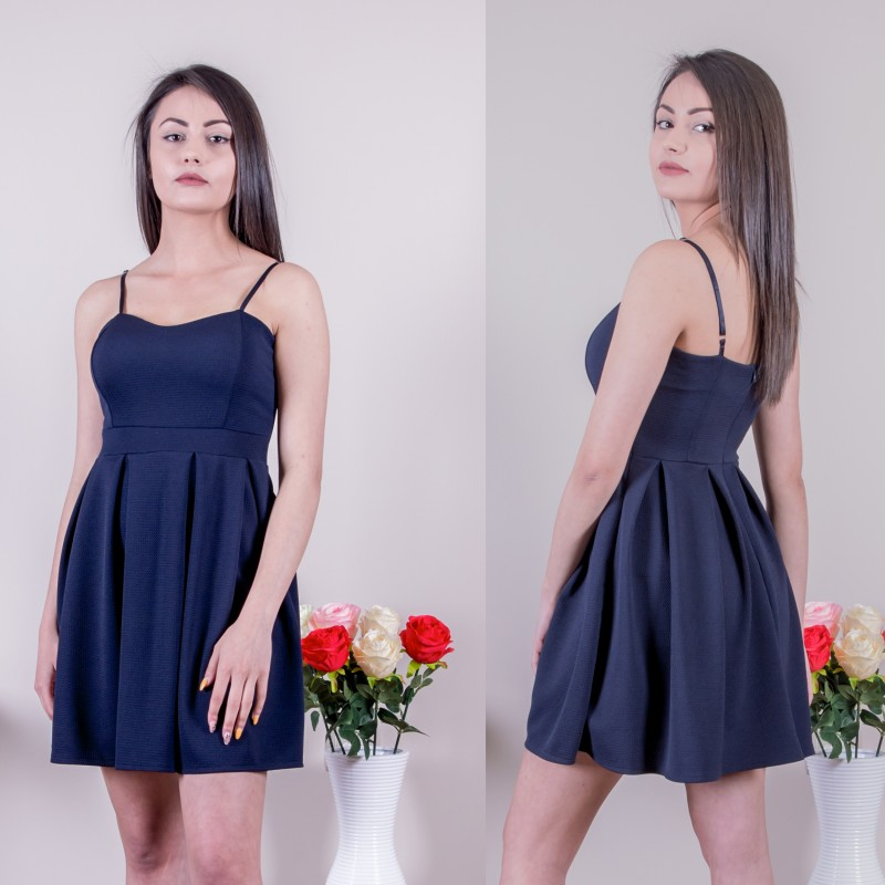 Кокетна рокля в тъмно синьо