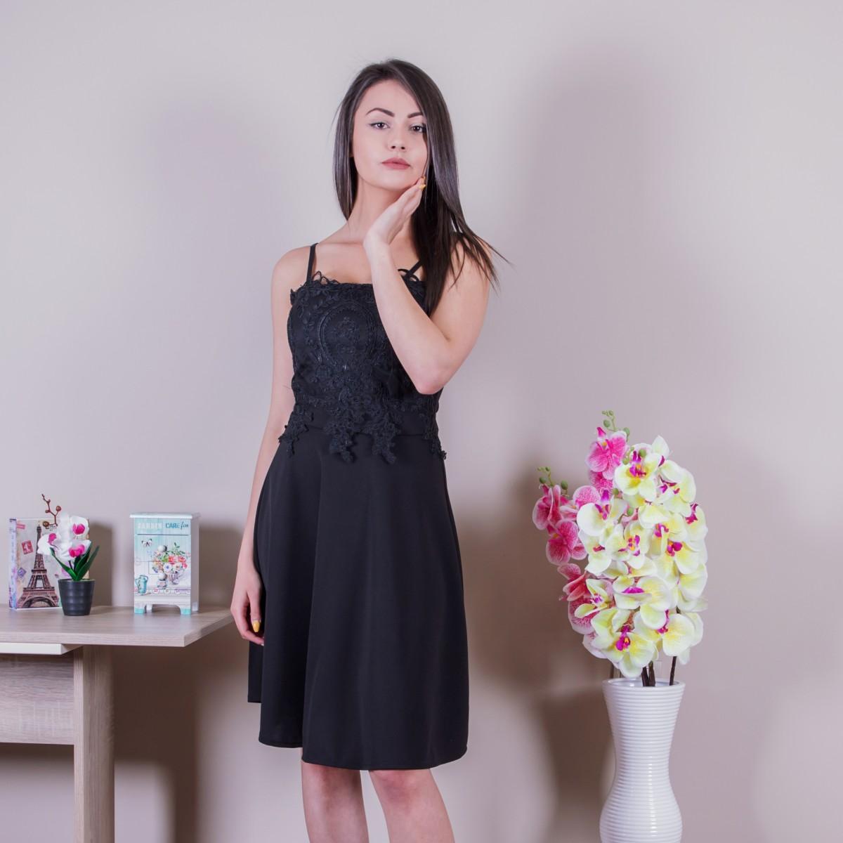 Нежна дамска рокля в черно с дантела