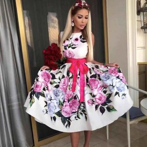 Разкроена бяла дамска рокля с цветя