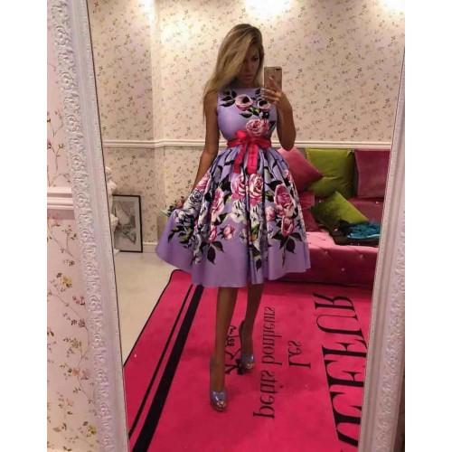 Разкроена лилава рокля с цветя