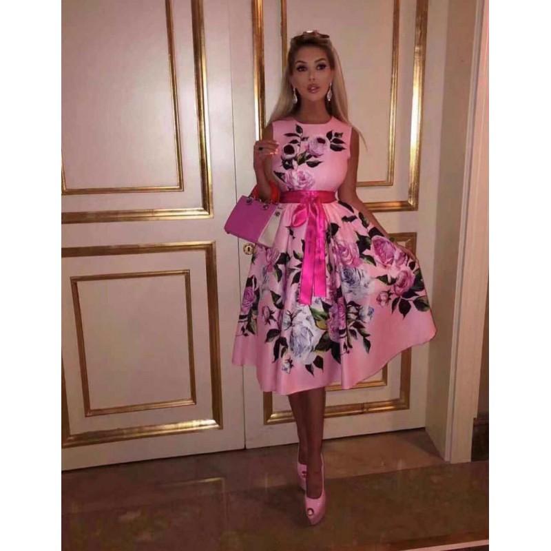 Разкроена розова рокля с цветя