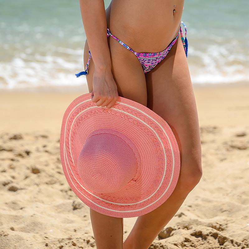 Плажна шапка в розов цвят и бели ивици
