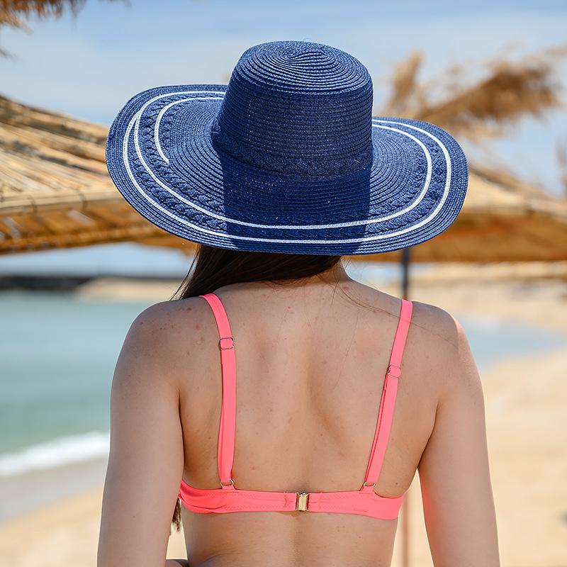 Плажна шапка в тъмно син цвят и бели ивици