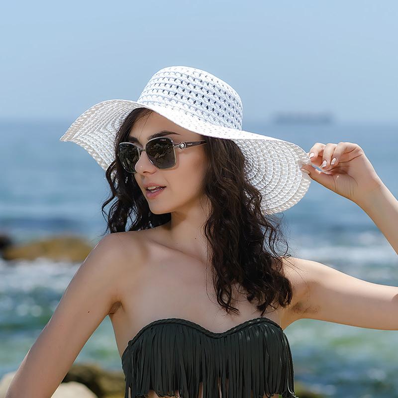 Плажни шапки в бяло